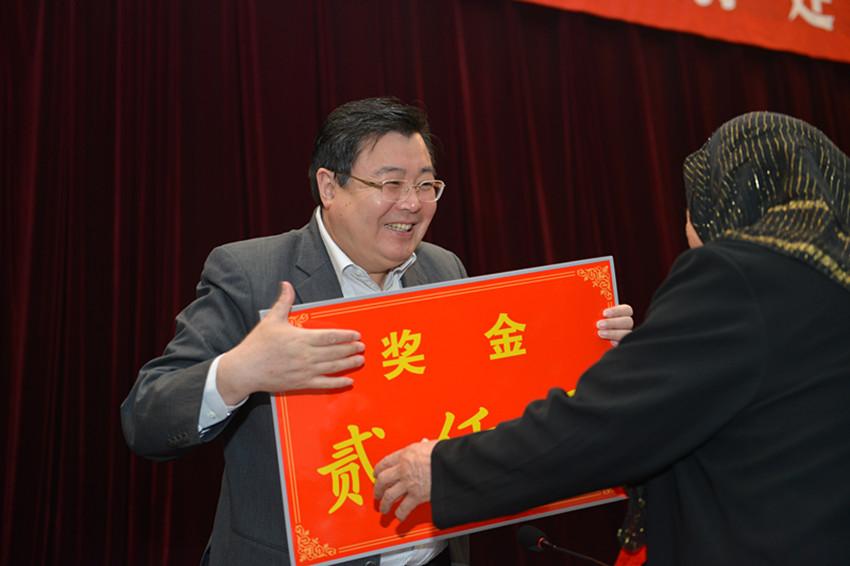 舒庆书记给受表彰人员颁奖