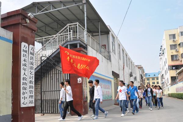 方城五高志愿者走进释之敬老院开展献爱心活动
