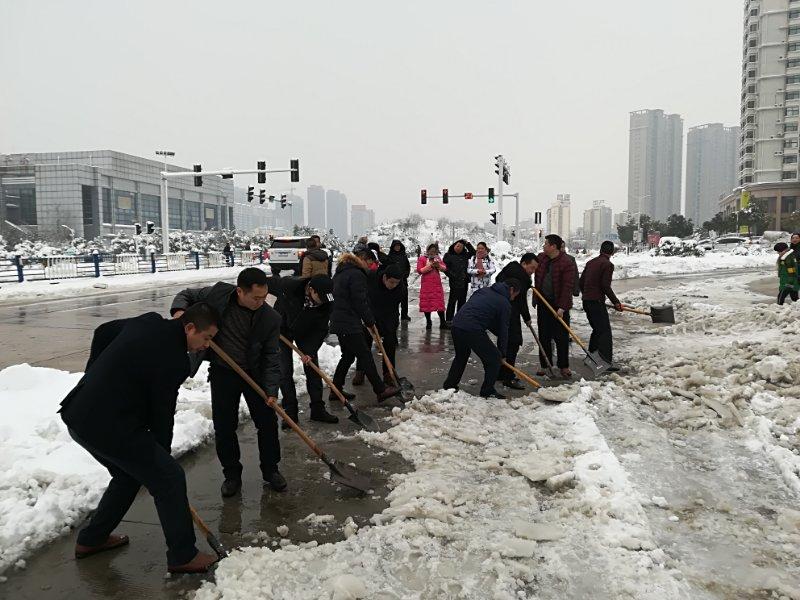 卫计委机关人员清理包保路段龙江路积雪