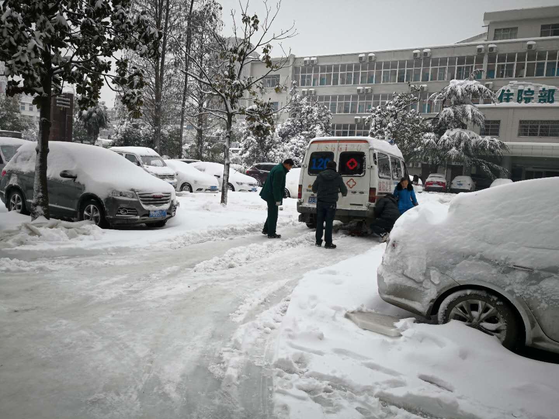 市四院后勤人员对救护车辆进行检修维护