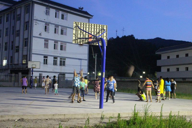 村民在深河集镇文化广场上运动