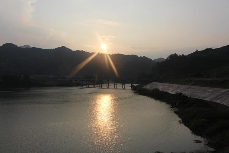 夕阳照耀下的高家湾大桥
