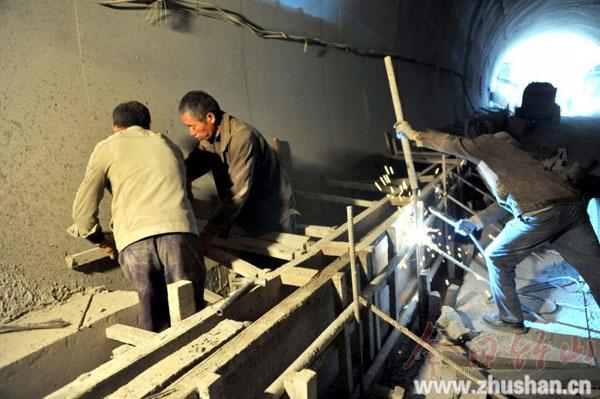 堰沟隧道人行道建设