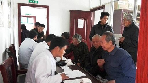 深河乡医疗卫生小分队正在为村民服务