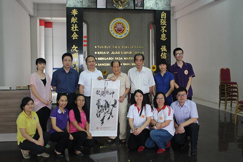 广东省海外交流协会访问团棉兰看望外派华文教师