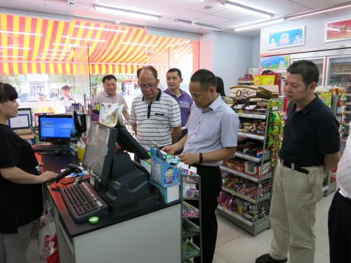 2016年5月10日省食药监局食品安全监管处处长吴有声到我县指导省级食品安全示范街创建工作