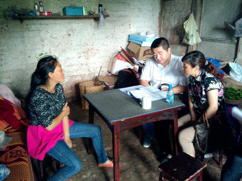 2015年七一纪念活动李林磊副主任为贫困户宣传扶贫政策
