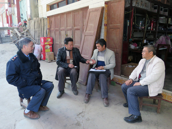 晴隆县市监局驻村干部积极开展养老保险和新农合征收工作