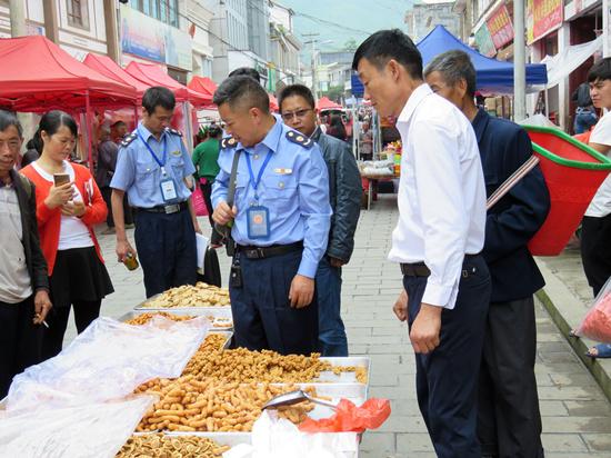晴隆:两部门联合开展食品安全宣传活动