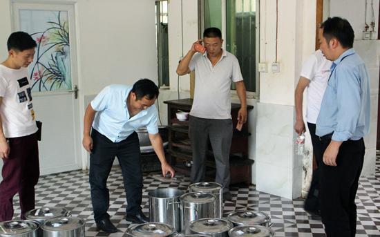 花贡(中营)市监局开展餐饮服务食品安全大检查