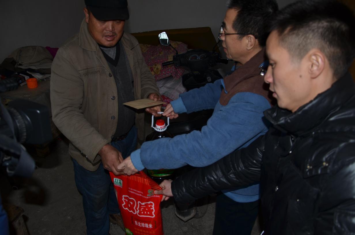 2016年2月1日久安村春节慰问贫困户