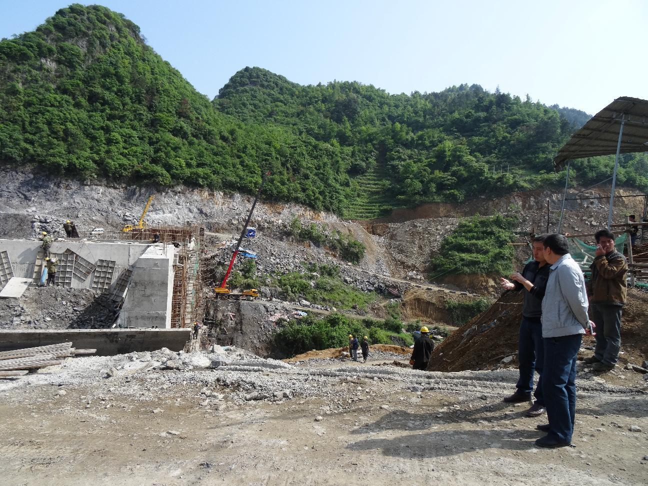 考察洪江桥建设情况