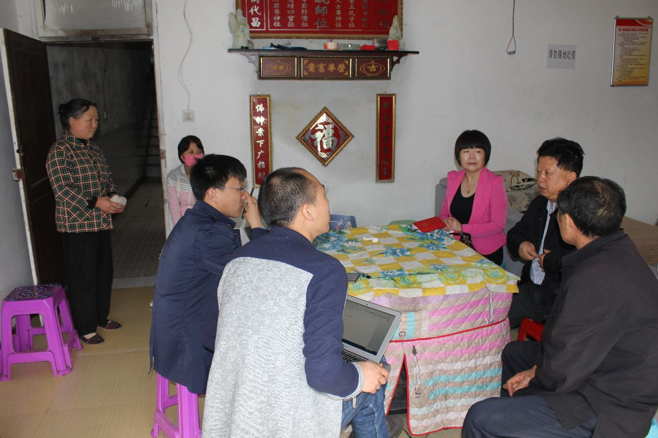 新华社记者采访大病受益人员
