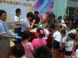 2015年5月30日,副局长何建磊同志到马场乡幼儿园开展慰问活动