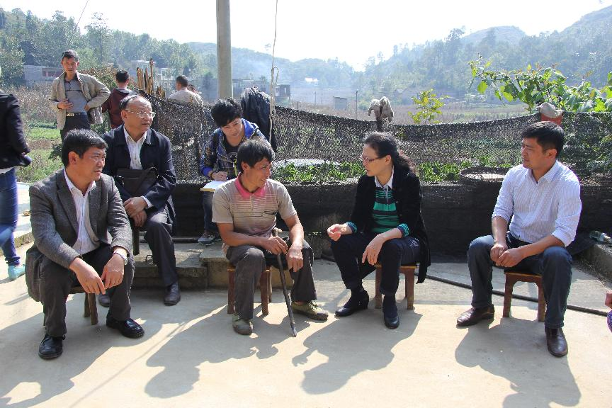 省政协副主席蔡志君在理化乡遍访贫困村贫困户
