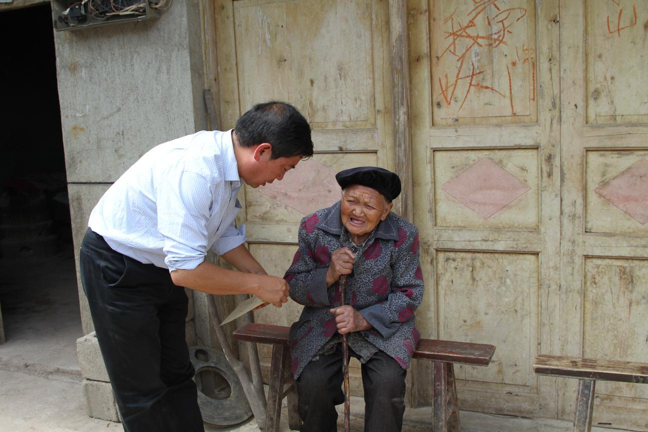 重阳节前,政协主席葛传彦到六龙镇头塘慰问百岁老人