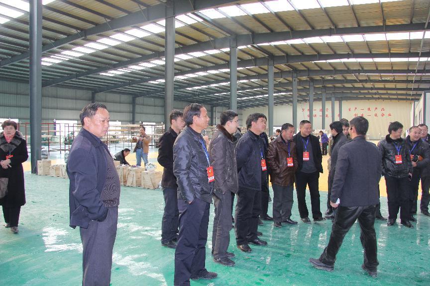 12月18日,县政协组织政协常委在金门陶瓷园区海美斯陶瓷公司精品陶瓷生产线视察