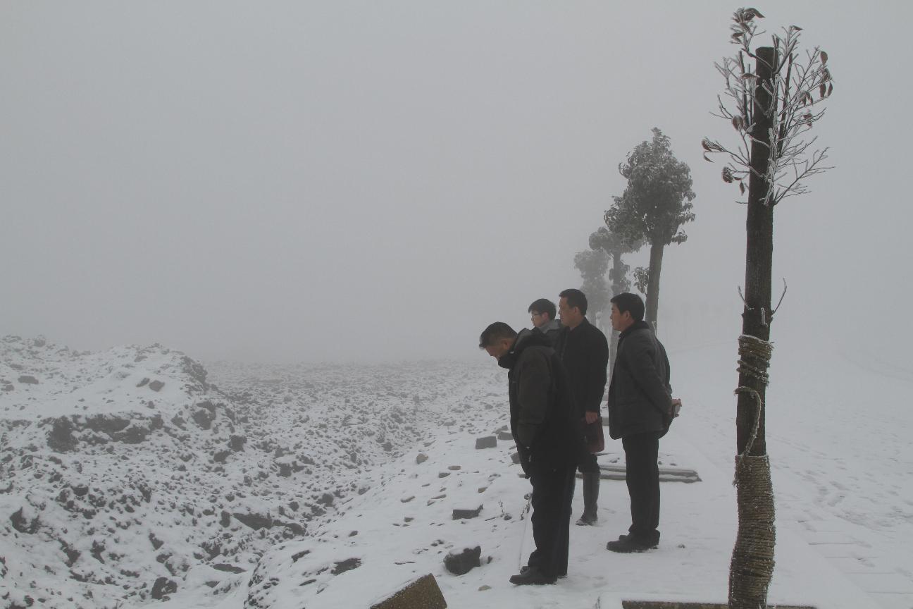 葛传彦主席于腊月二十四冒严寒视察陶瓷园区万象公司施工工地