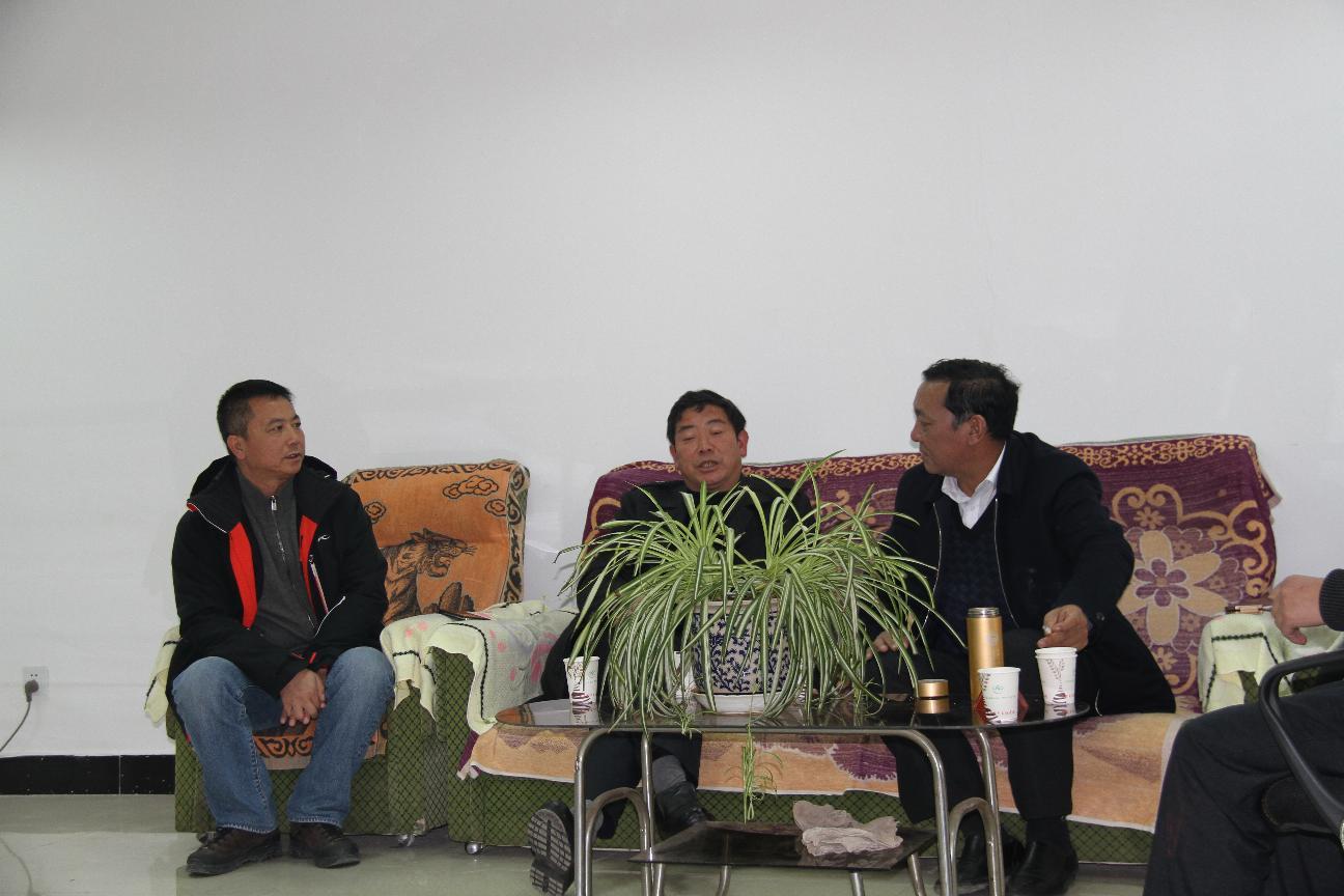 大方县政协主席葛传彦与威宁县政协主席禄俊洽谈