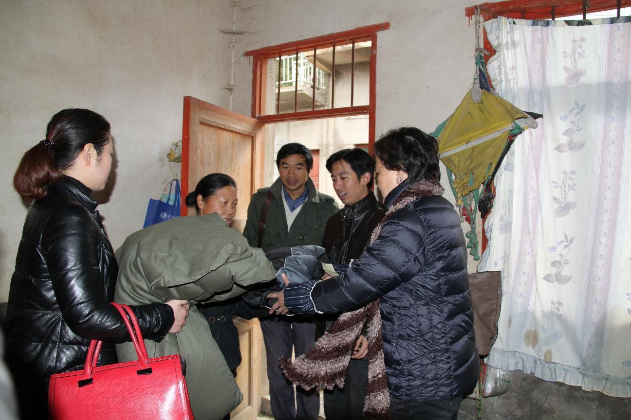 政协副主席胡卫国到六龙镇慰问贫困农户