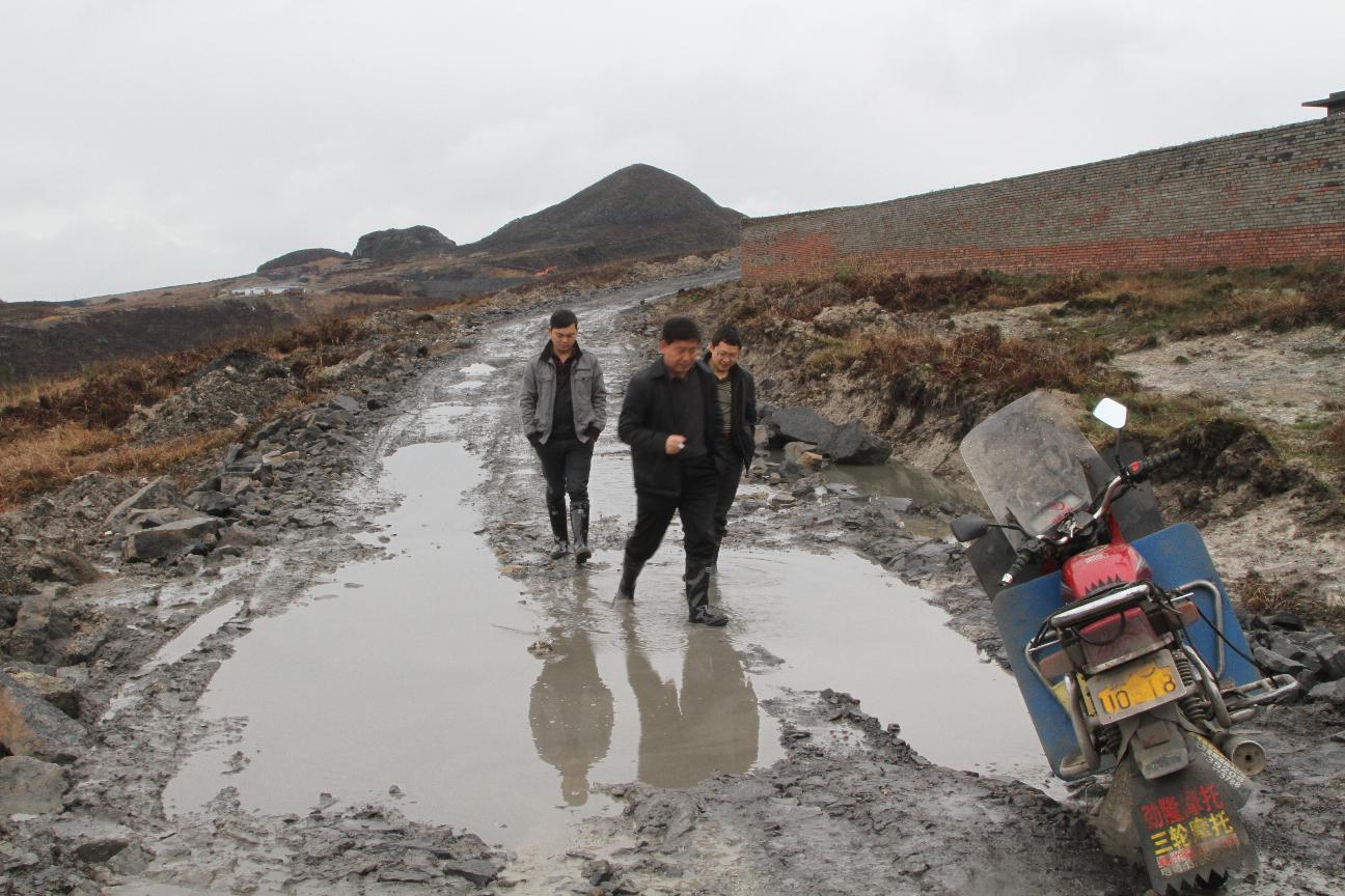 践行党的群众路线 政协主席葛传彦到雨冲乡踏淋漓进村入户