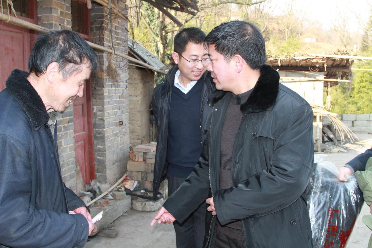 葛传彦主席在理化金鸡慰问贫困农户
