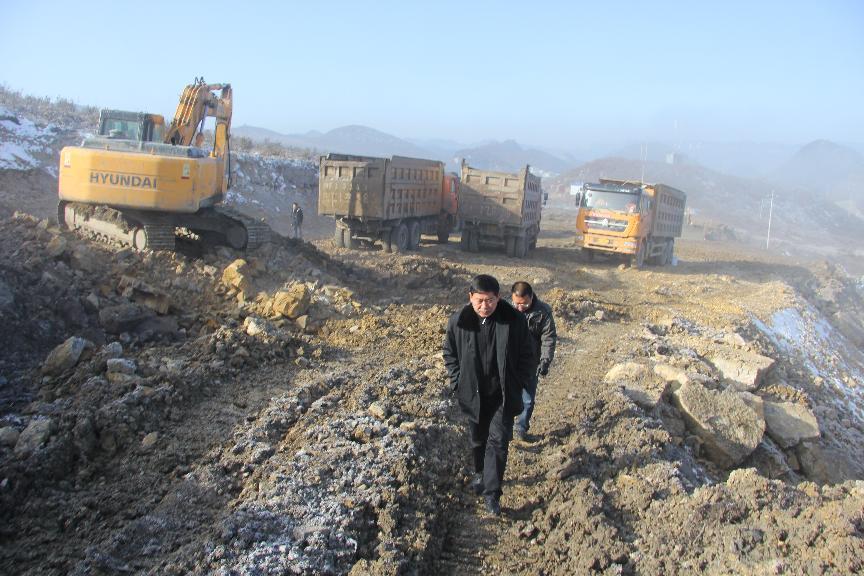 12月19日,葛传彦主席到金门陶瓷园区八号路施工一线检查指导工作