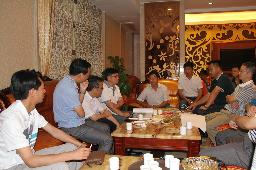 招商组向有关人员介绍引资项目