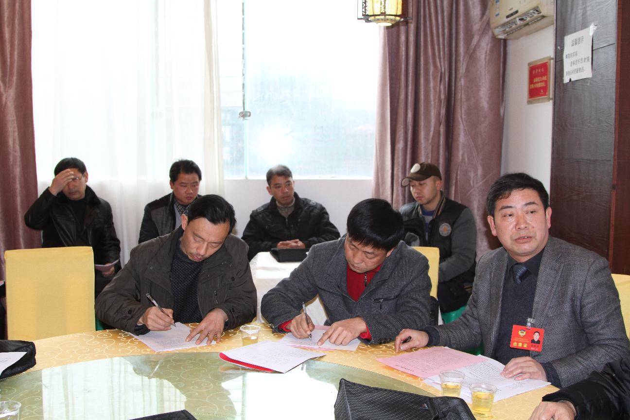 县政协领导参加分组讨论