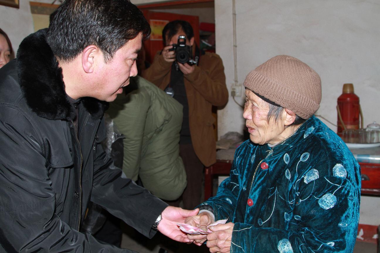 县政协主席葛传彦、政协秘书长杨恩惠等即到理化乡金鸡村走访慰问贫困农户