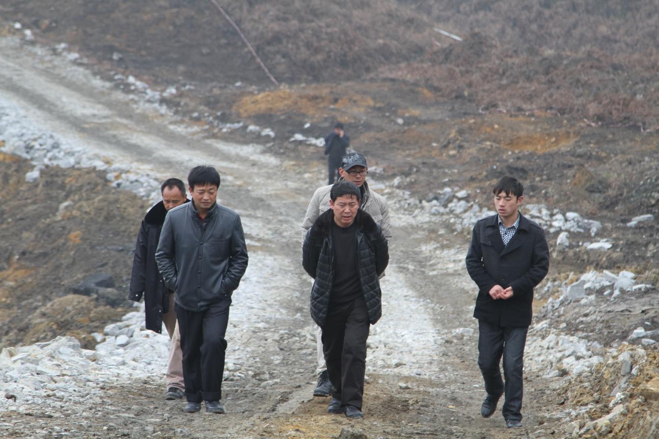 腊月廿七,政协主席葛传彦、副主席龙天明到陶瓷园区八号路视察工程进度并看望慰问值守施工人员