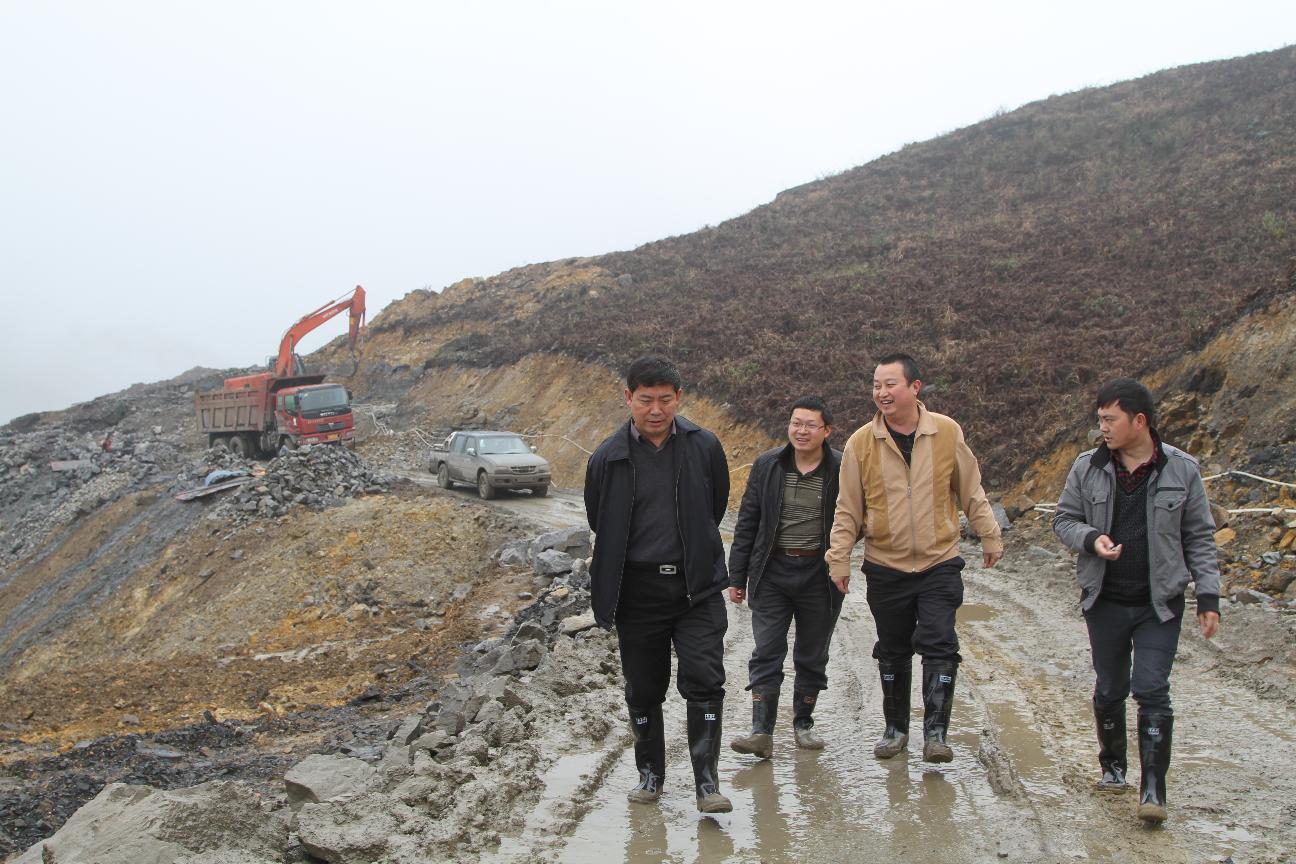 政协主席葛传彦在淋漓中视察金门陶瓷园区八号路建设进度
