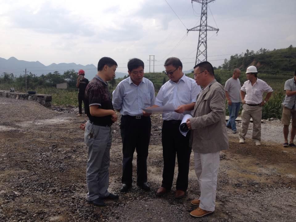 8月25日,县政协主席葛传彦到石关互通察看工作进度