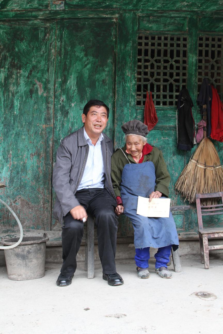 重阳节前,政协主席葛传彦到六龙镇纸厂村慰问百岁老人