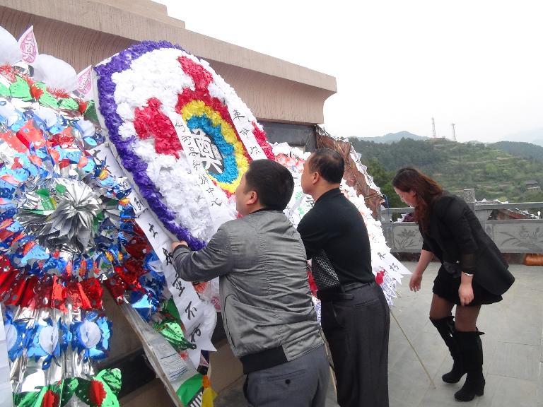 县计妇中心举行缅怀革命先烈弘扬民族精神清明节扫墓活动