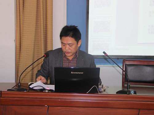 机关工委书记龙胜权在入党积极分子培训会上讲课