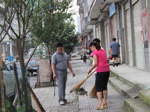 机关工委开展创建卫生县城活动