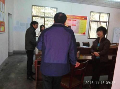汉滨区委老干局到帮扶村走访调研贫困户动态调整工作