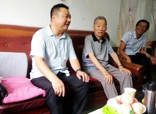 汉滨区委老干局局长走访慰问老干部