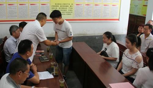 区委老干局在帮扶村开展捐资助学活动
