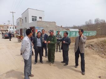 区环保局领导班子实地调研团结镇农村环境连片整治项目建设