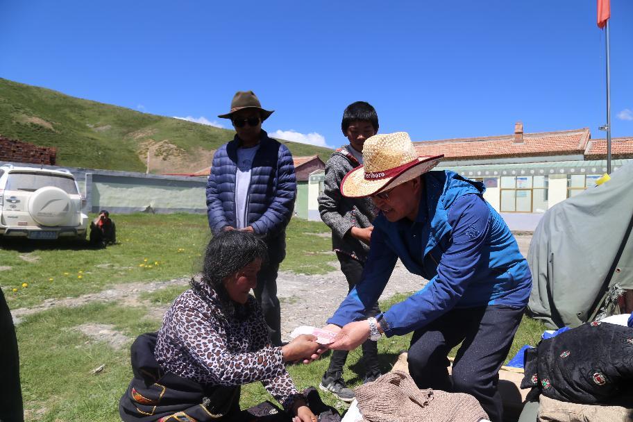 2017年7月17日果洛州财政局赴甘德县青珍乡龙尕寺尔村结队认亲帮扶
